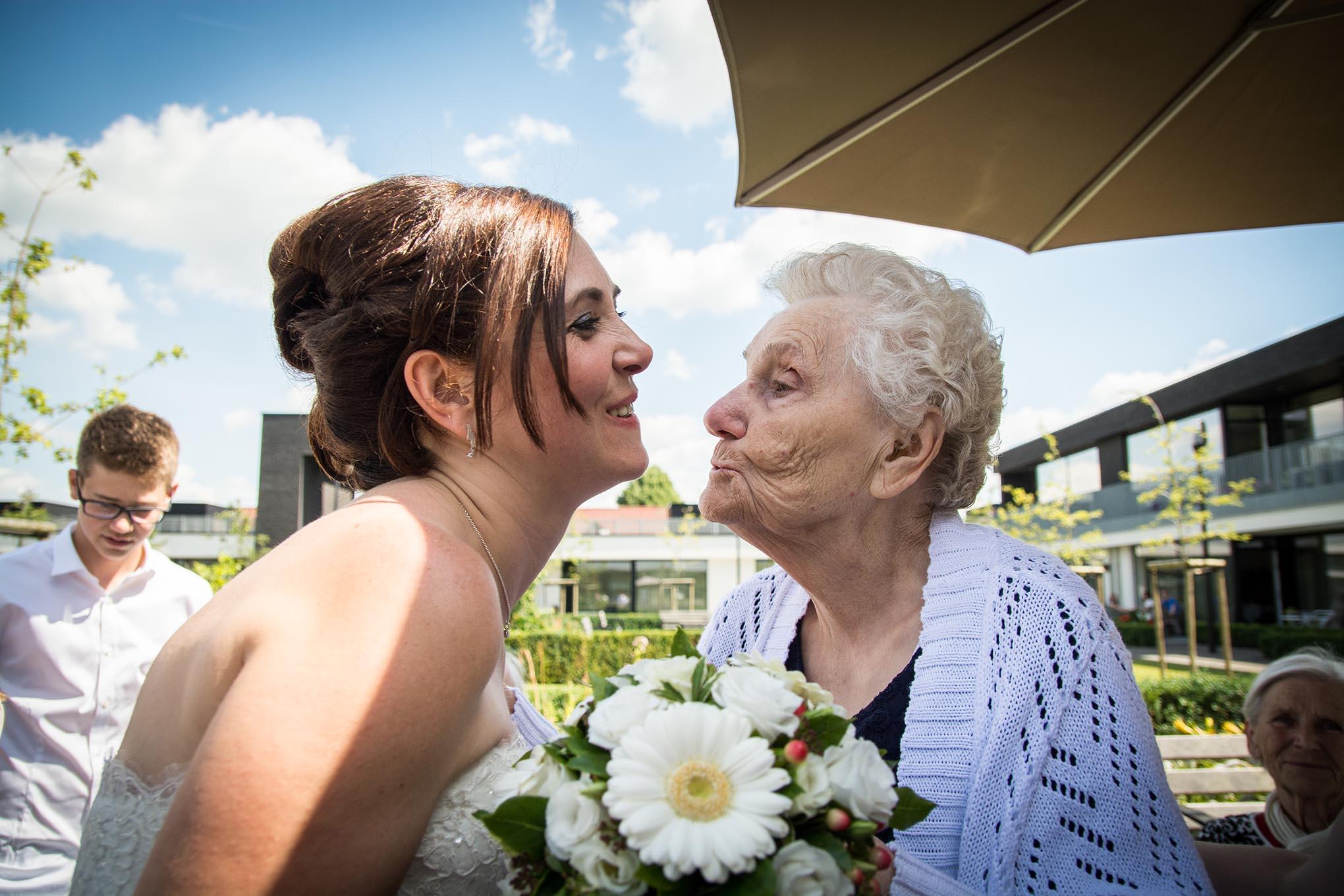 Bruid kust haar grootmoeder op haar trouwdag.