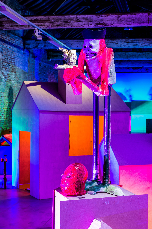 Clown in expo, weinig licht in Kortrijk